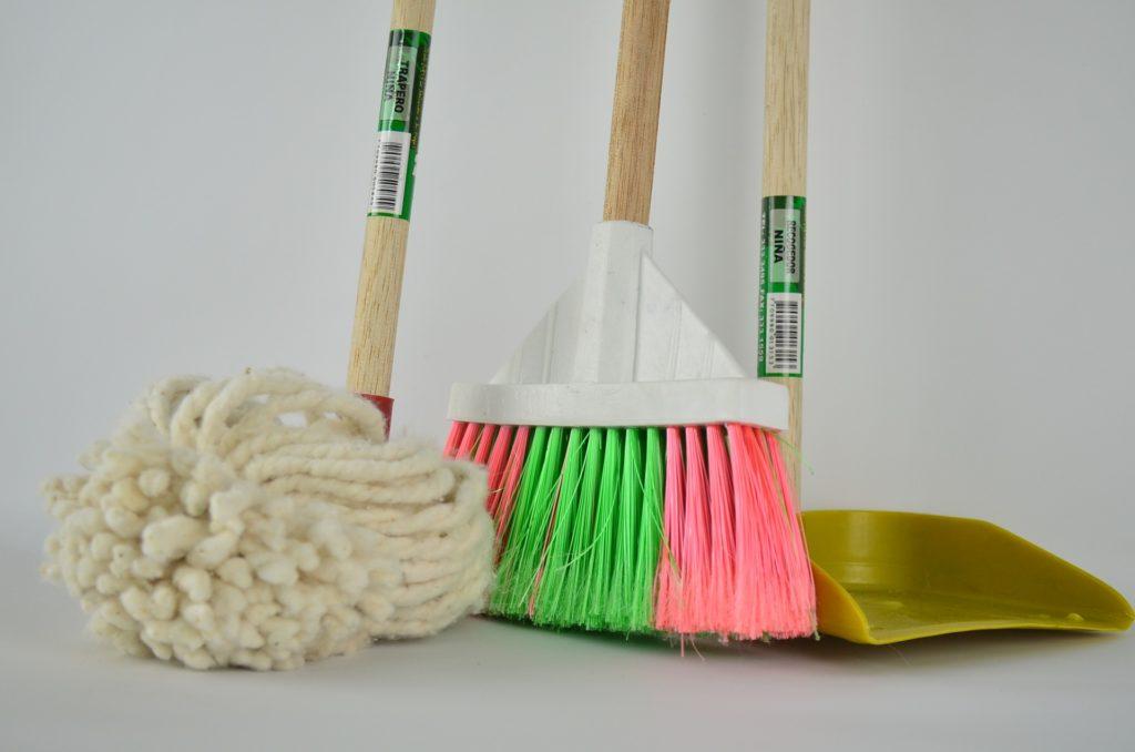 ☆トイレの床なども綺麗に掃除する