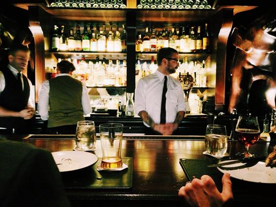 「一人飲み」の作法②バーテンダーを味方につけて