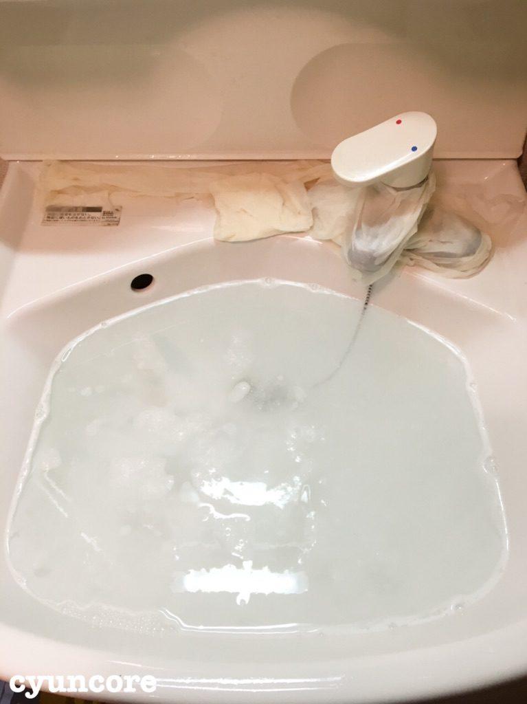 お風呂の浴槽でオキシ漬け、洗面台をオキシ漬け