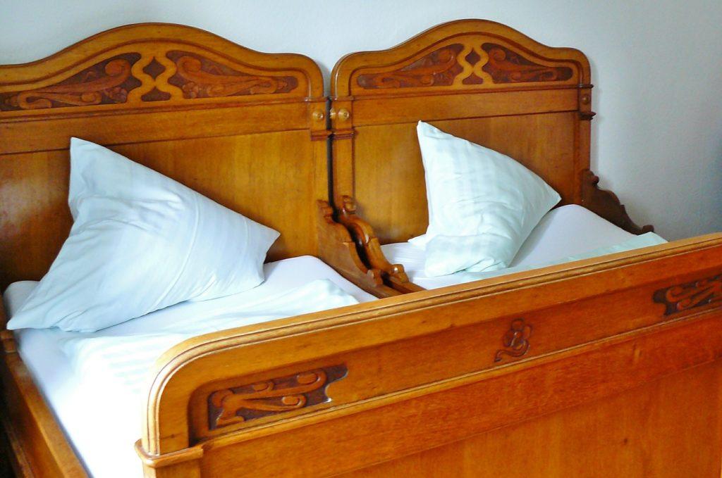 ベッドは木のものを