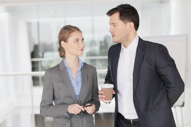 職場恋愛で気を付けること①馴れ馴れしい態度をとらない