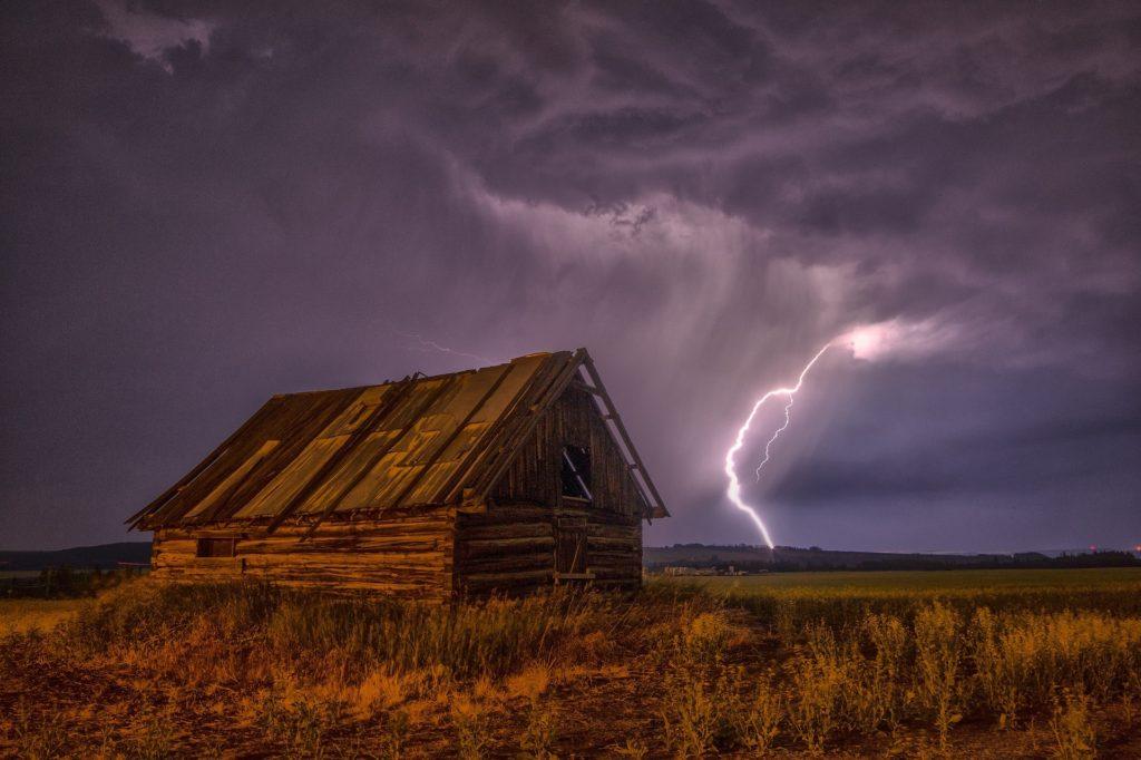 落雷の瞬間を見る