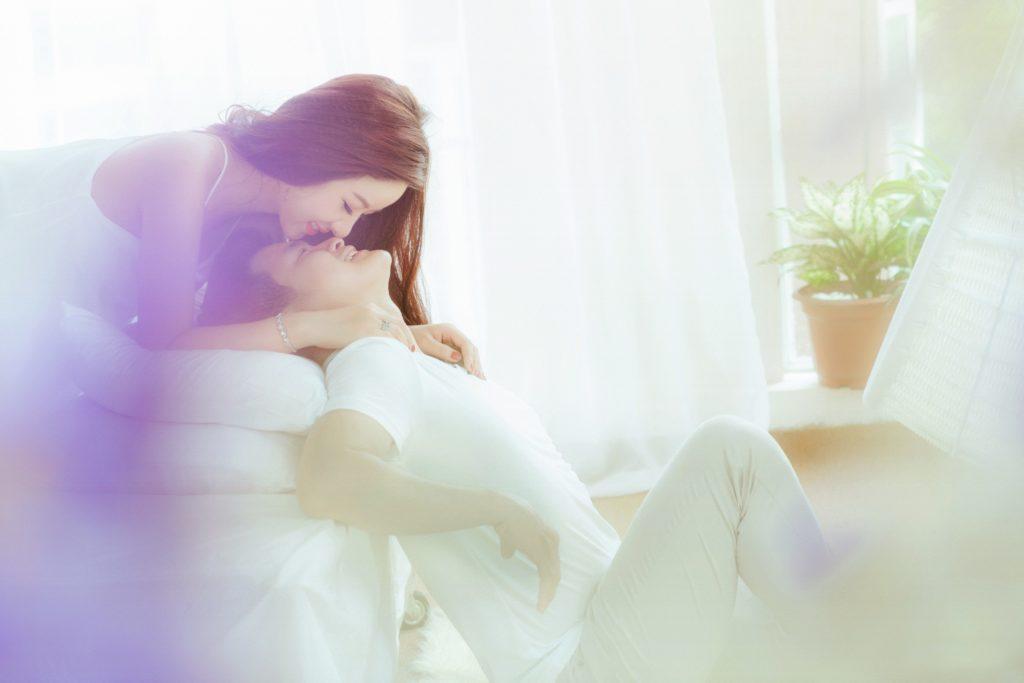 お泊まりデートで彼女が気をつけること:彼氏より早く起きる