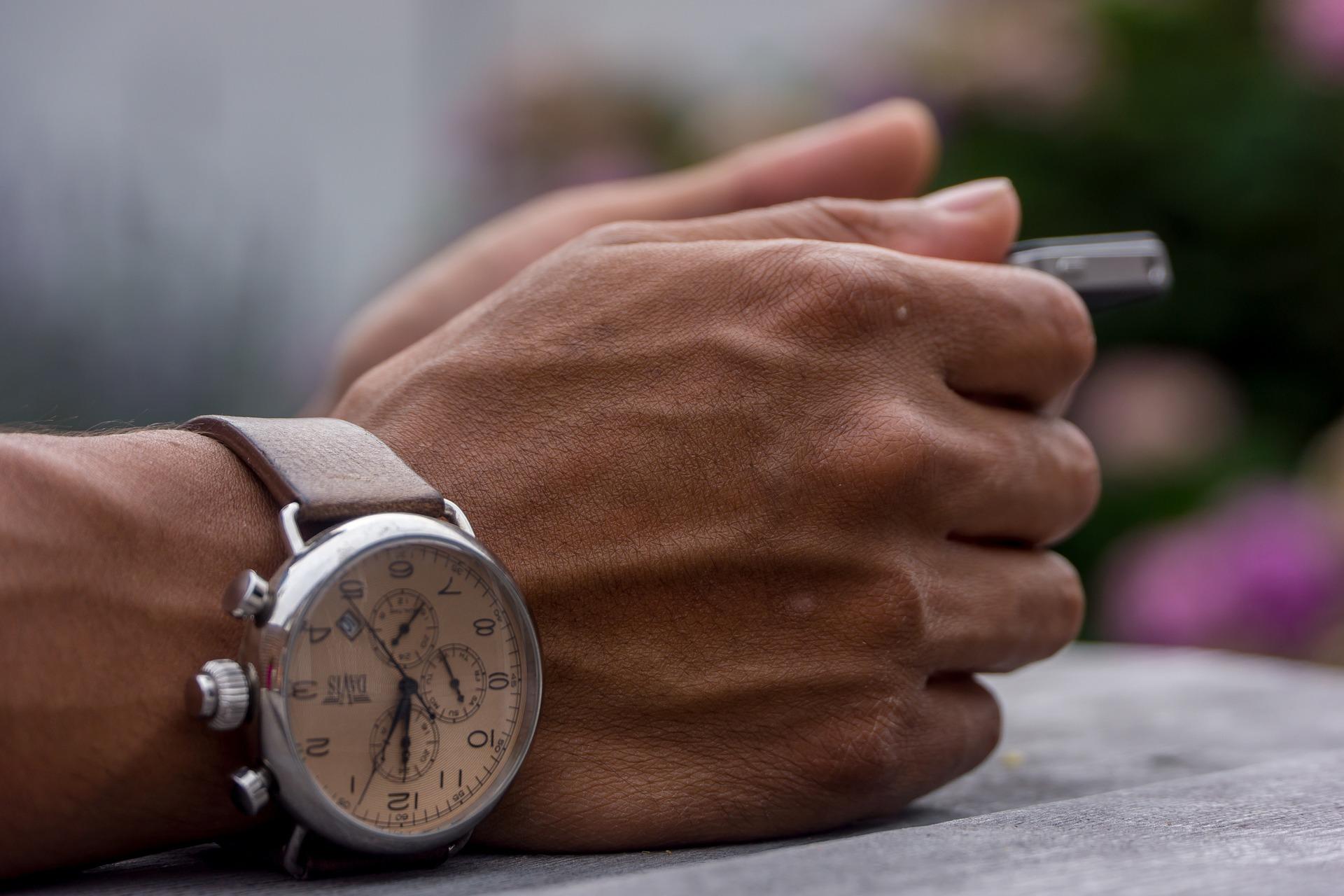 【恋愛診断】気になる男性の「腕時計」でわかる恋愛傾向