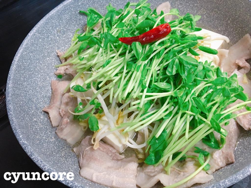 豆苗レシピ①たっぷりが美味しい♪豆苗と豚バラ肉の塩鍋