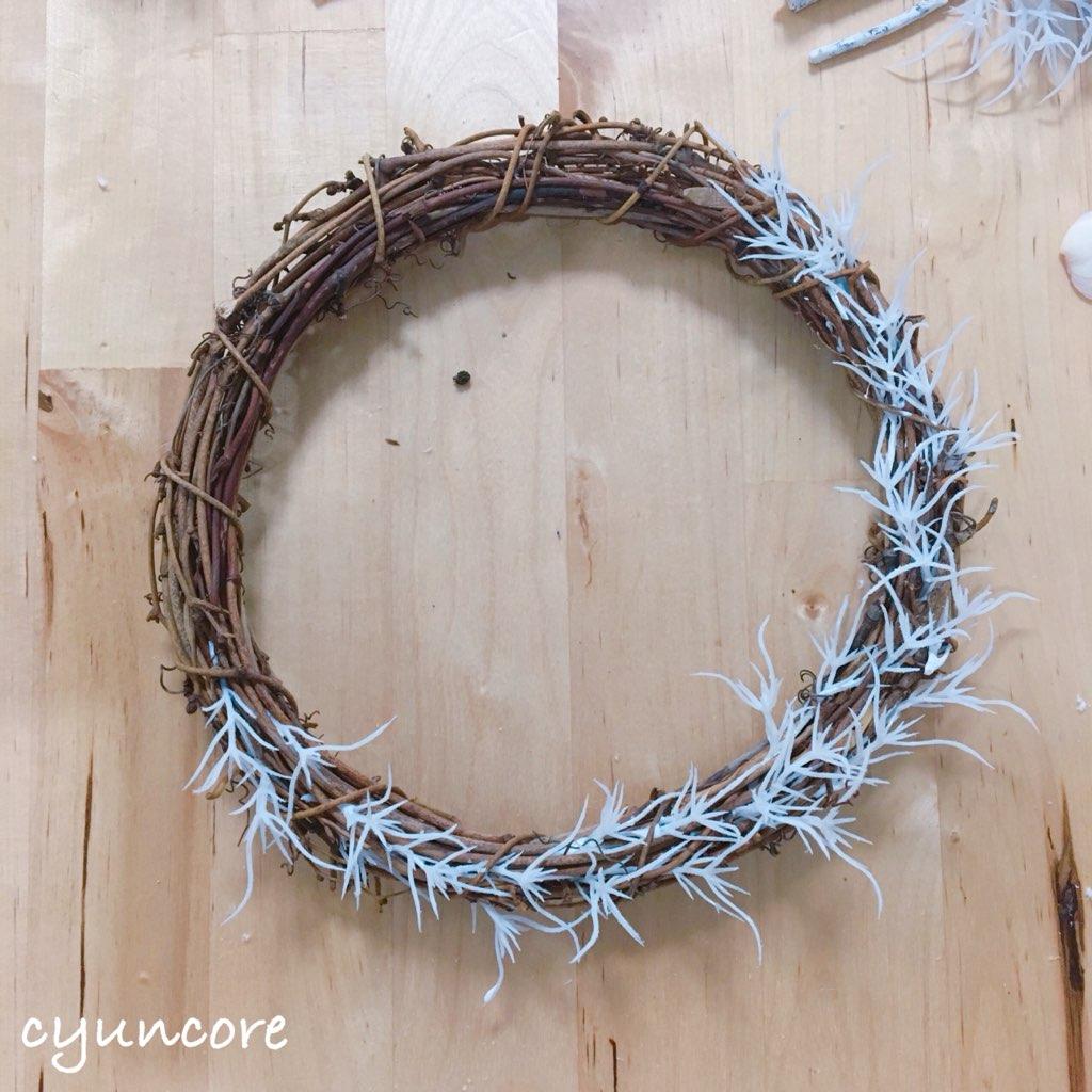 貝殻リースの作り方①リースに葉を貼り付ける-2