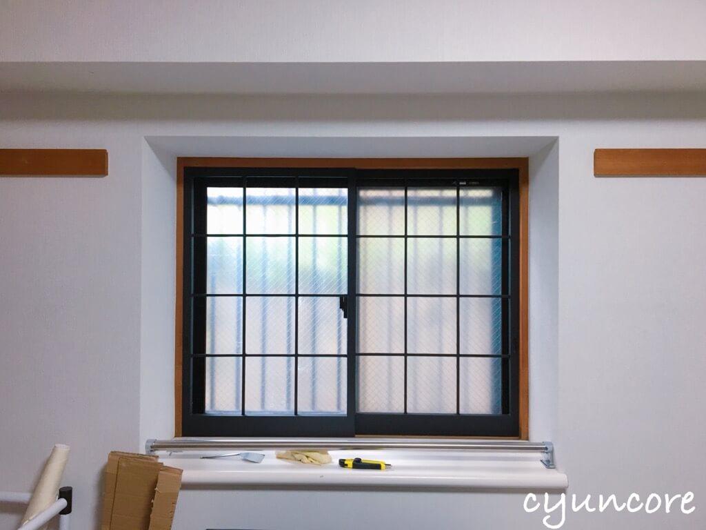 100均アイテムで出窓をアレンジ①木枠を古材風にアレンジ