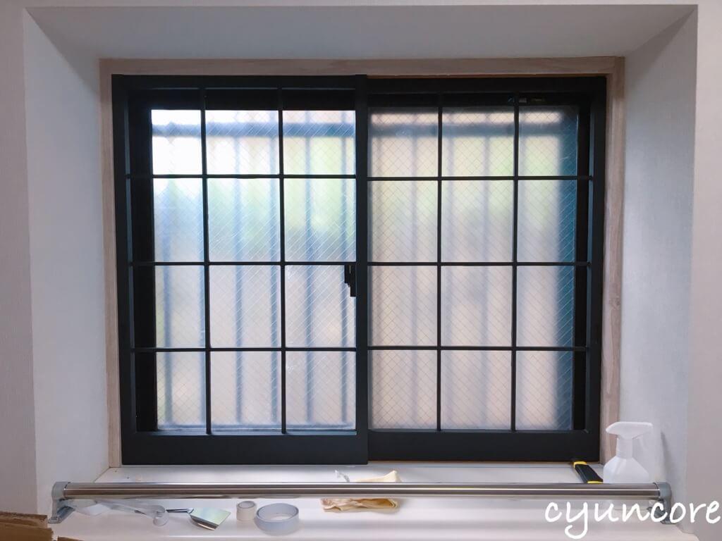 100均アイテムで出窓をアレンジ①木枠を古材風にアレンジ-2