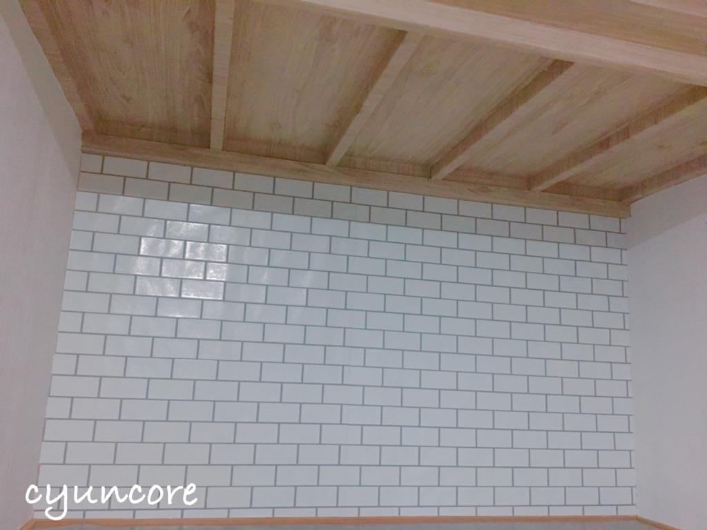 押入れの壁紙をカフェ風に貼りかえよう①押入れの天井の壁紙を貼り替える-6