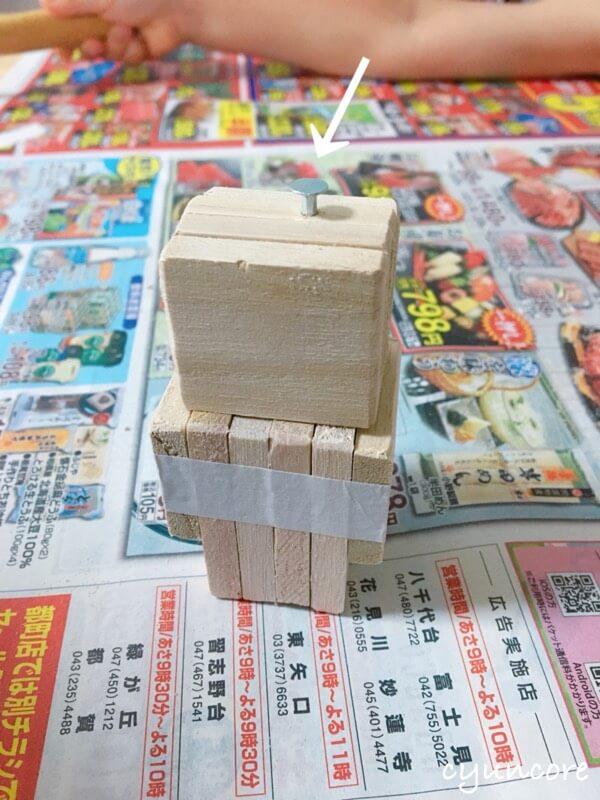 100均木材の端材でロボットのおもちゃ作り方④頭と胴体を釘でつなげる