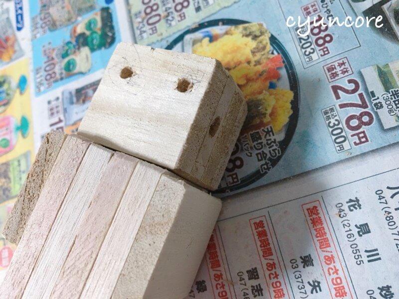 100均木材の端材でロボットのおもちゃ作り方⑥目と耳のパーツをつける