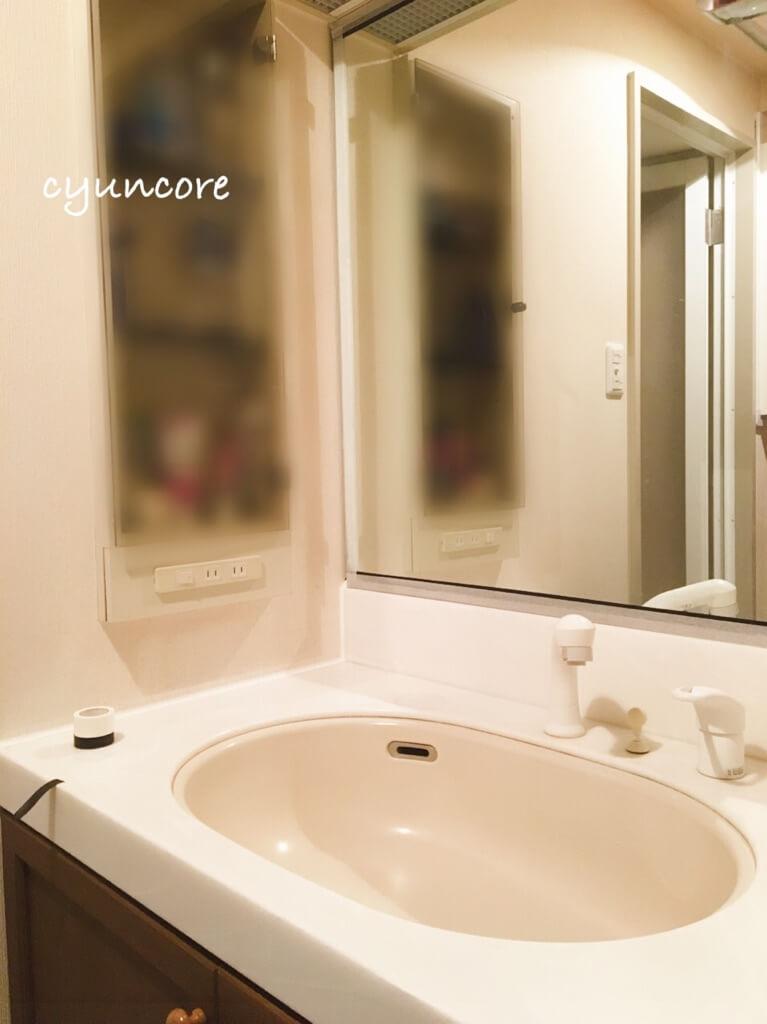 100均アイテムで洗面台の鏡をDIY④洗面台の鏡に貼り付ける