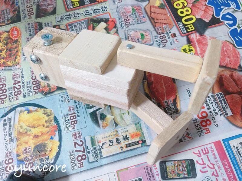 100均木材の端材でロボットのおもちゃ作り方⑦脚を本体に取り付ける