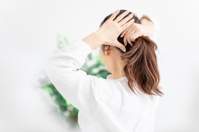 抱きしめたくなる女性の仕草①髪をひとつに縛る仕草