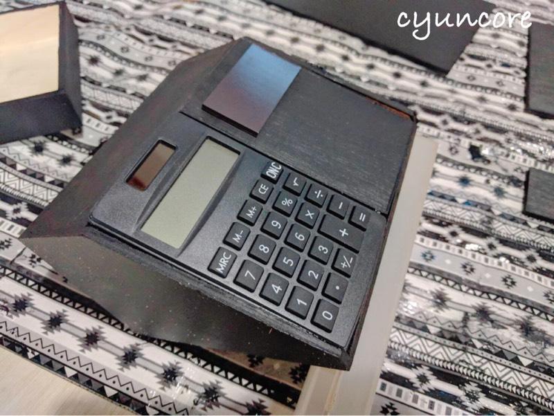 100均セリアの材料でままごとレジスターをDIY⑥ディスプレイ機能代わりの電卓を貼り付ける