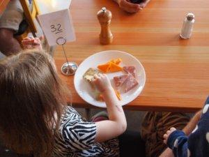 child-eating-881200_1920