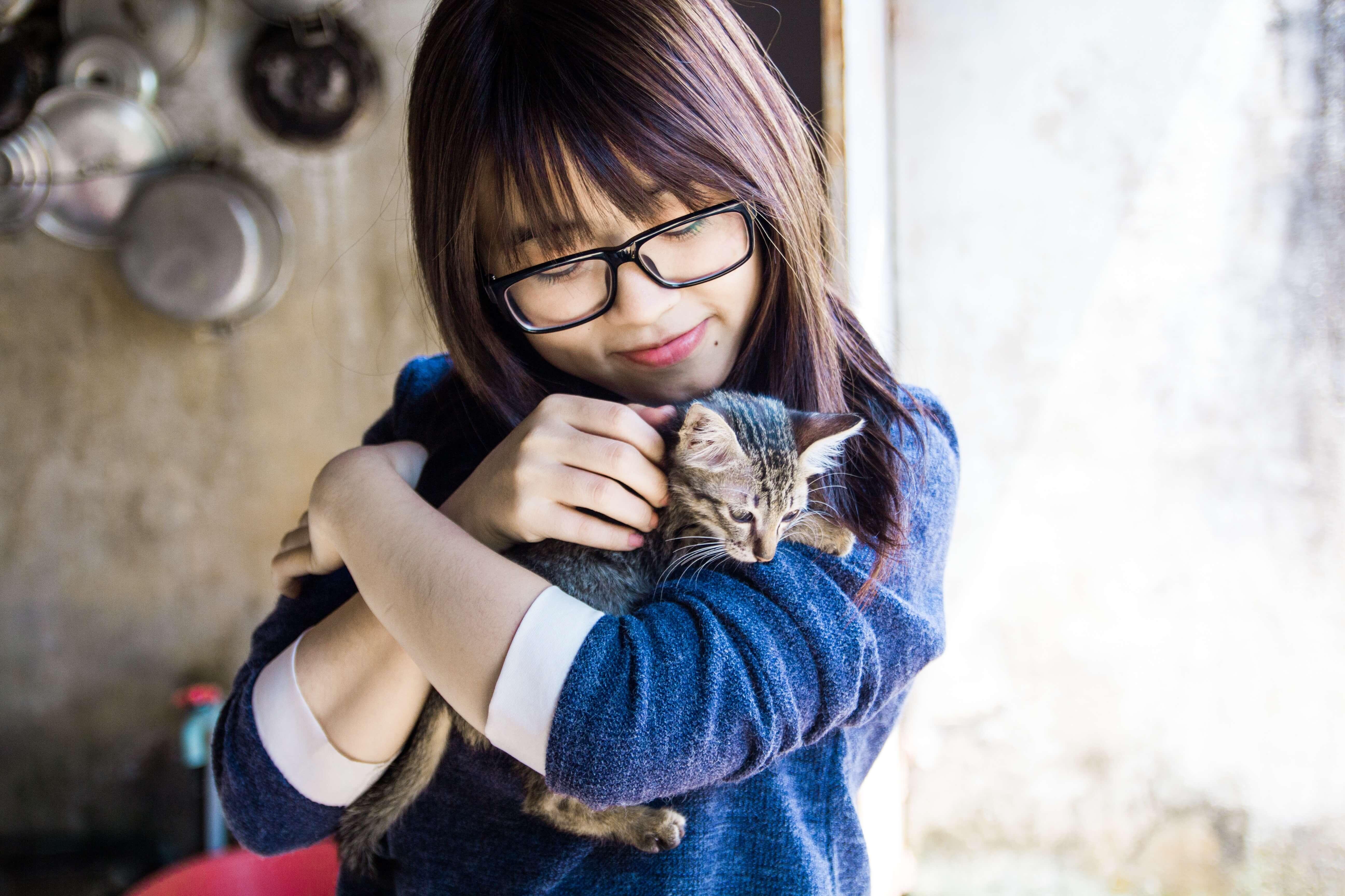 【犬系女子vs.猫系女子】男性が好きなのはどっち?猫系女子の特徴10個