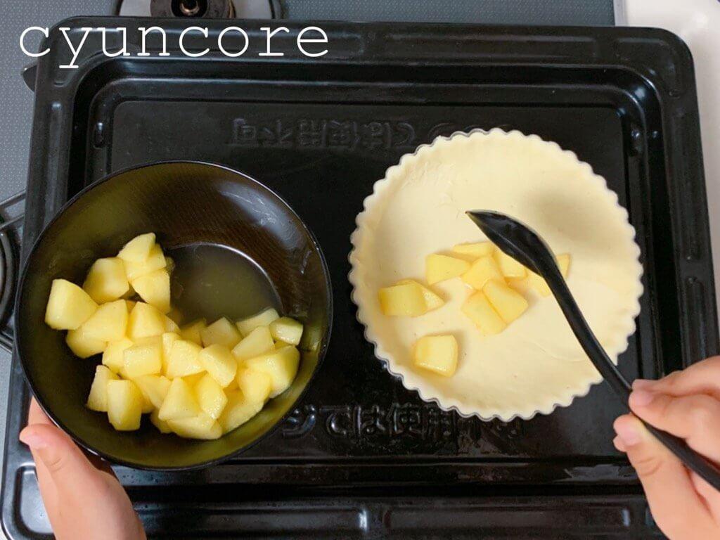 簡単アップルパイの作り方⑤リンゴを入れて模様を作る