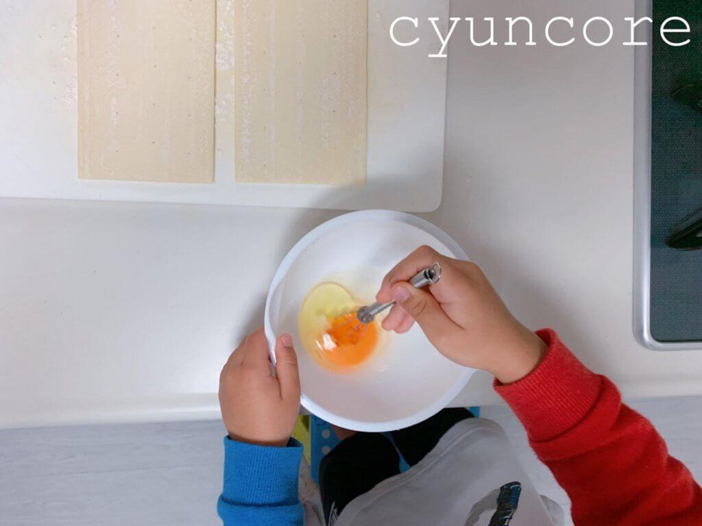 簡単アップルパイの作り方③卵を溶く・パイシートを解凍する