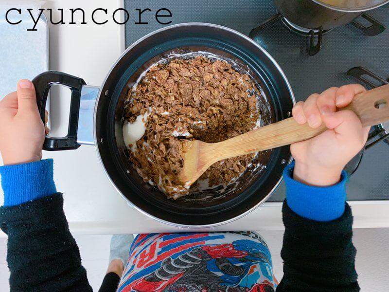 チョコクランチの作り方③コーンフレークと混ぜ合わせる-2