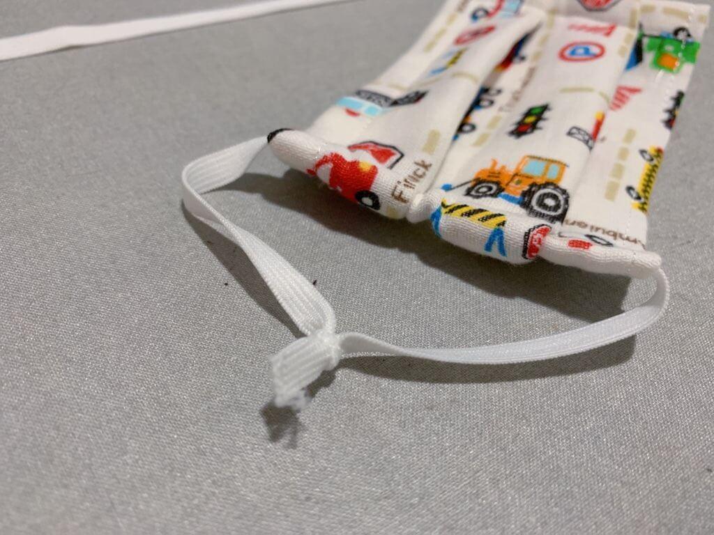 キッズ用折りたたみマスクの作り方⑤耳にかけるゴム紐を入れる-2