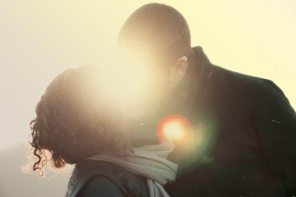 付き合ってる人が別れ際におでこにキスするときの男性心理