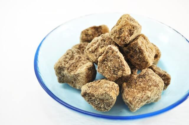 黒糖のカロリー・糖質は?砂糖やはちみつと比較!黒砂糖レシピや黒糖パックも