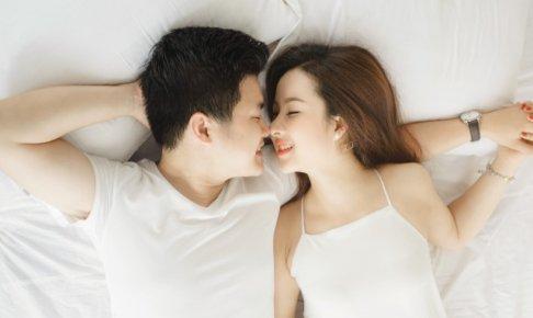 腕枕をしてくれる男性の心理とは?しびれにくい腕枕のポイントは?