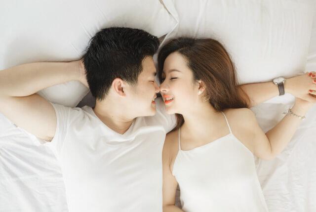 腕枕をする男性の心理とは?しびれにくい腕枕のポイントも