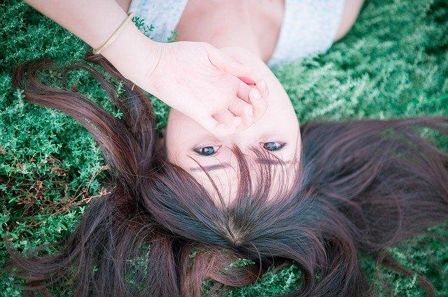 すっぴん美人の特徴は?すっぴん美人になる方法やおすすめの化粧品