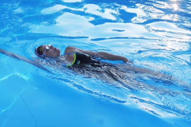 プールで泳ぐ夢の夢占いでの基本的な意味は?