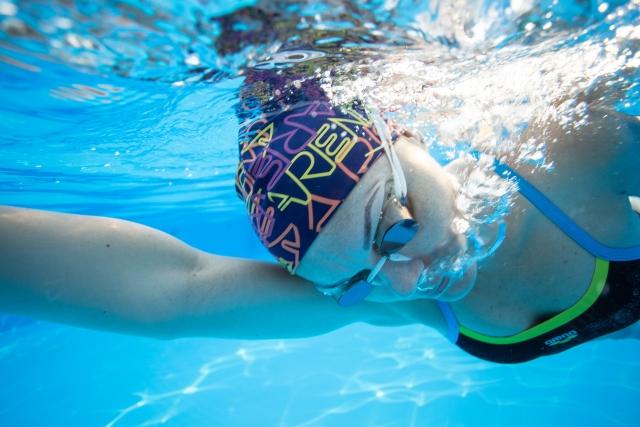 プールで泳ぐ人によっても夢占いでの意味は変わる?
