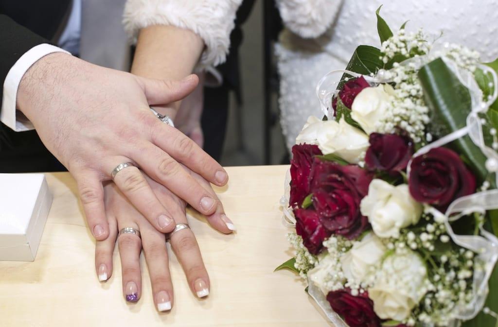 美女と野獣カップルの結婚
