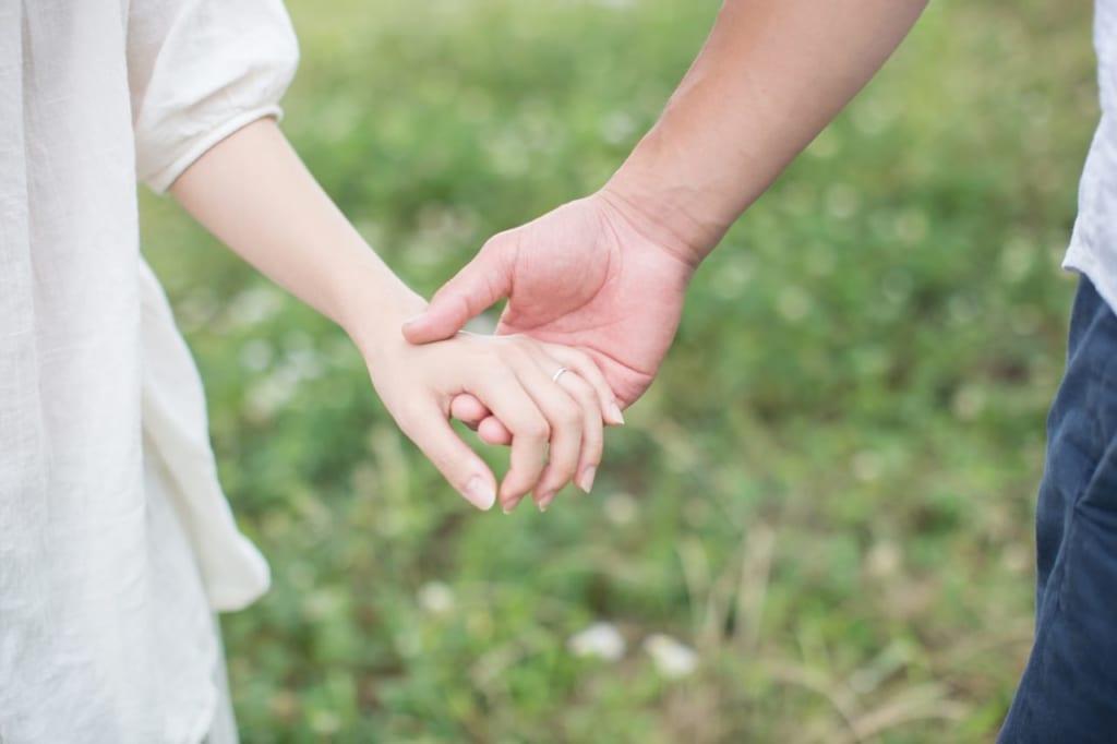 手を握るのは好意があるから?手を握る心理と夢占いの意味