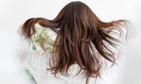 白髪を抜くとどうなる?増える!?白髪が生えたときの正しい対処法とは