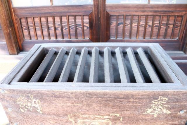 神社での参拝作法・お賽銭箱への入れ方