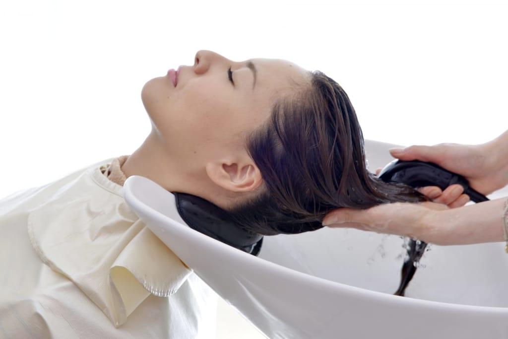 育毛シャンプーで女性の髪悩みを解決!薄毛の原因も