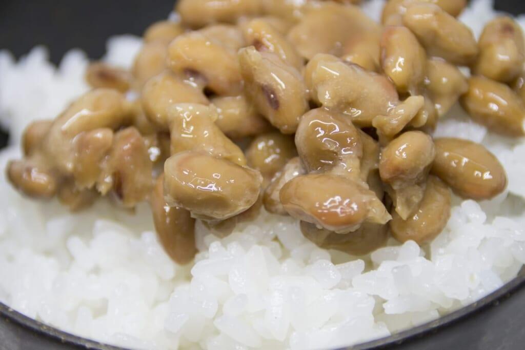 冷蔵庫で保存された納豆の賞味期限