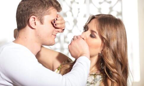 目隠しセックスは刺激がヤバい!道具やテクニックを徹底解剖!