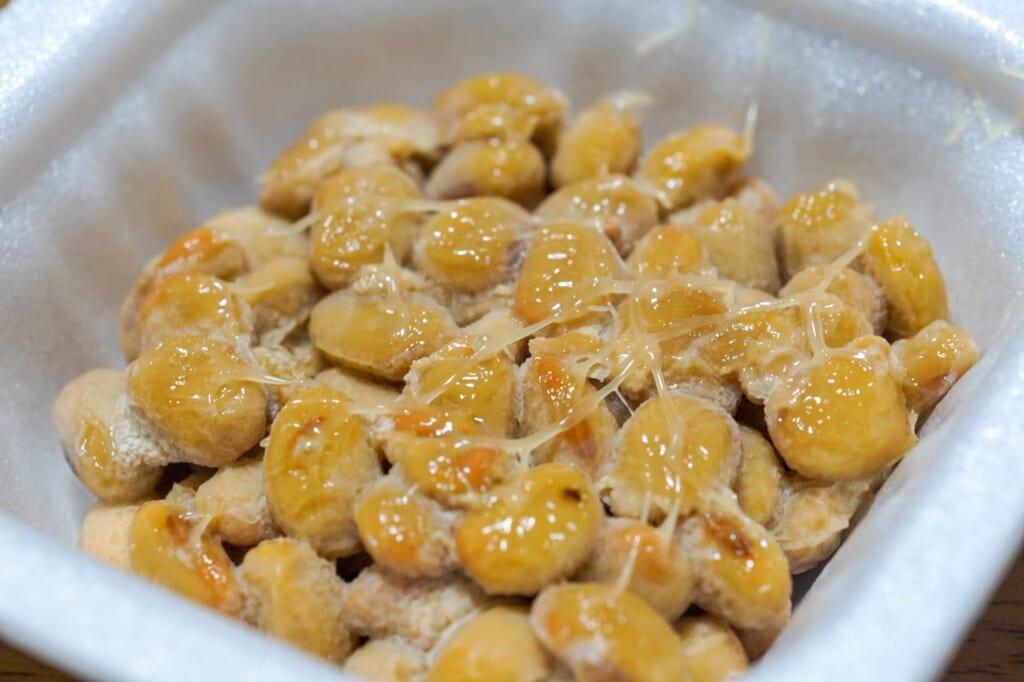納豆の賞味期限は白い粒が目安